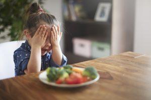 Criança recusando uma alimentação saudável
