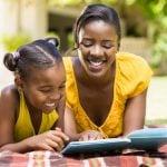 Mãe e filha lendo literatura como prazer