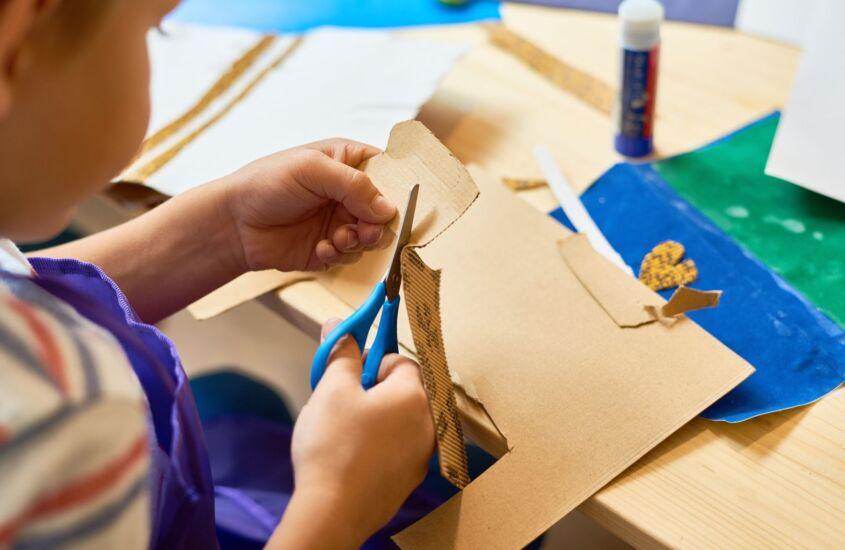 Como fazer um colar de papel com os pequenos