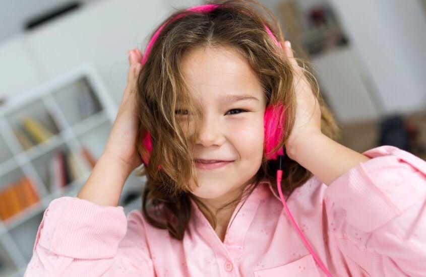 7 brincadeiras com música para fazer em casa