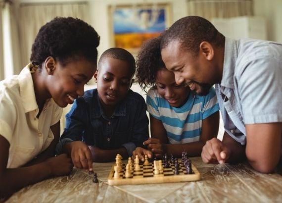 Veja 10 brincadeiras para fazer em casa com crianças até 12 anos